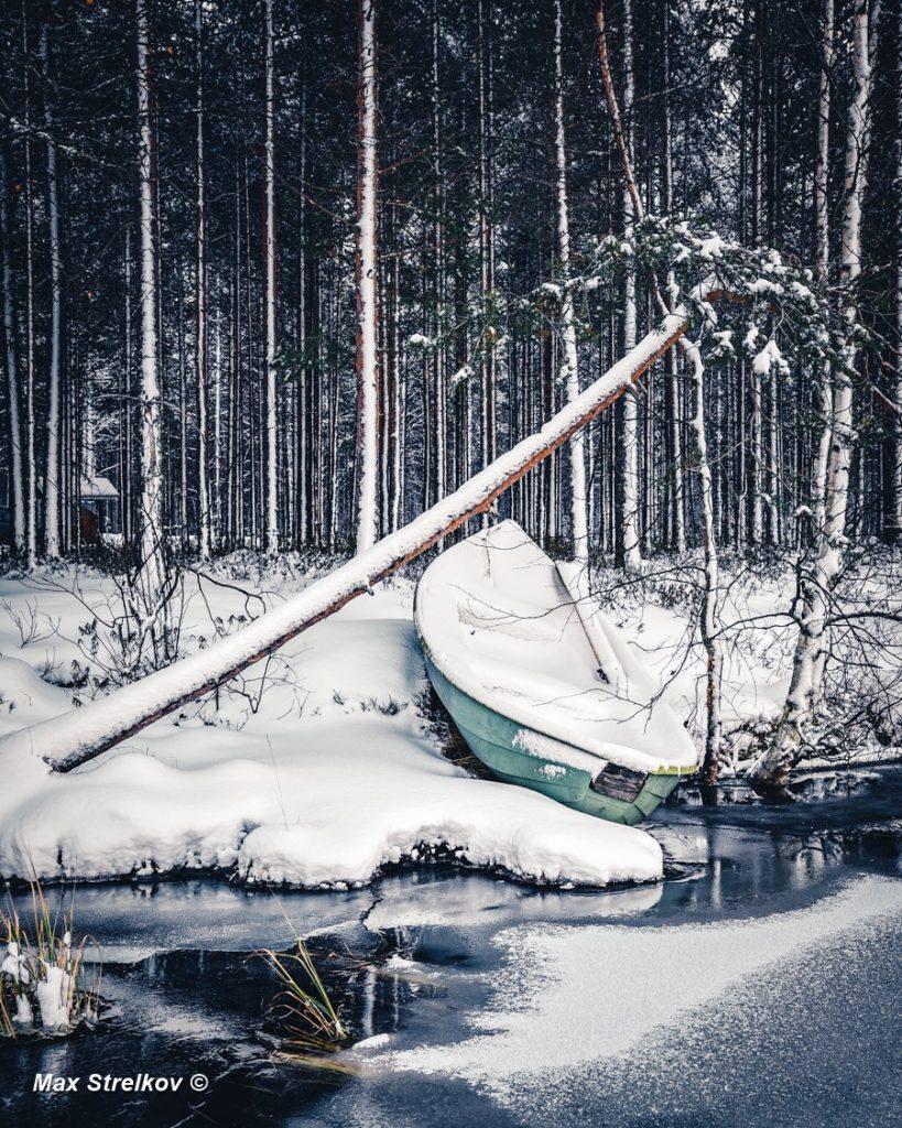 Заснеженный лес лодка
